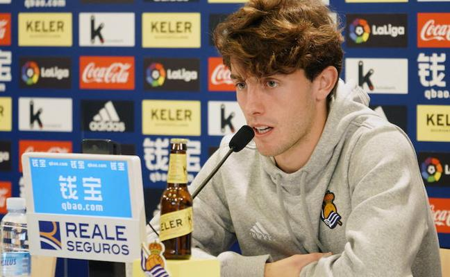 Álvaro Odriozola: «La primera parte ante el Barça demuestra que la Real va a mejorar»