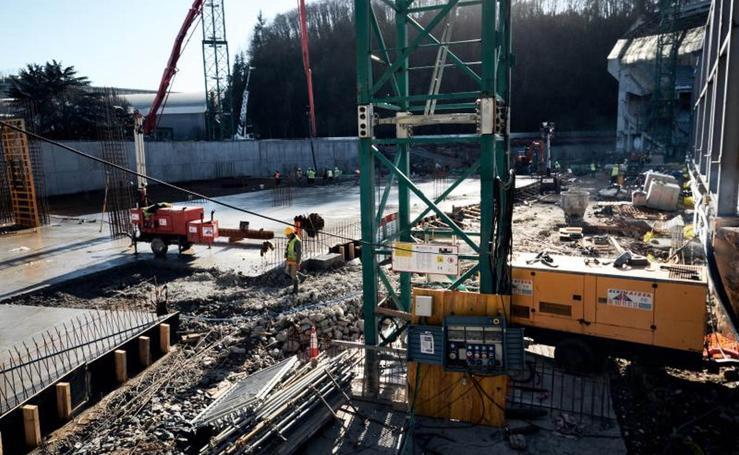 Primera demolición de la pista de atletismo en Anoeta