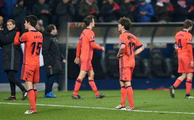 Los jugadores de la Real Sociedad, tristes tras caer eliminados