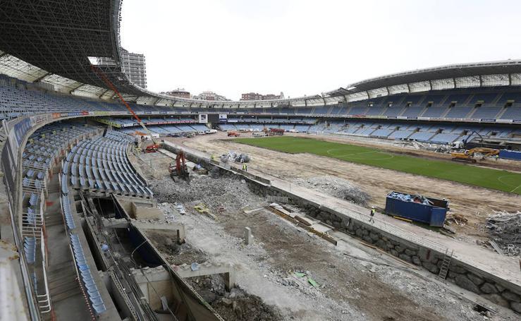 El desmontaje de las tribunas laterales de Anoeta, en marcha