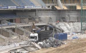 Comienza el desmontaje de las tribunas laterales del estadio de Anoeta