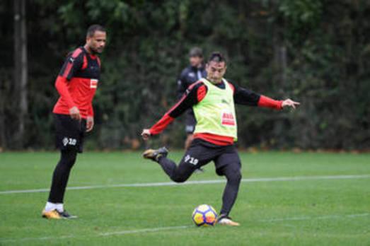 Rivera, que ha entrenado con normalidad, y Jordán estarán en la medular armera en Anoeta