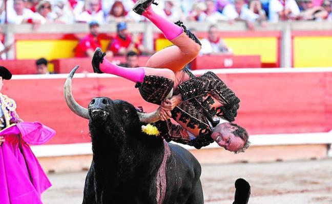 Grave y escalofriante cogida de un banderillero en Pamplona