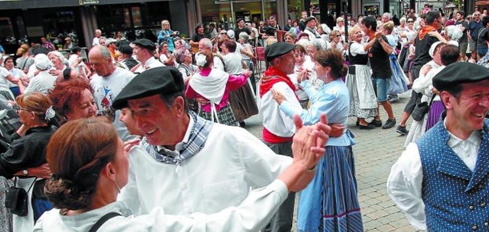 El baile, dueño de las calles en el Erromeria Eguna