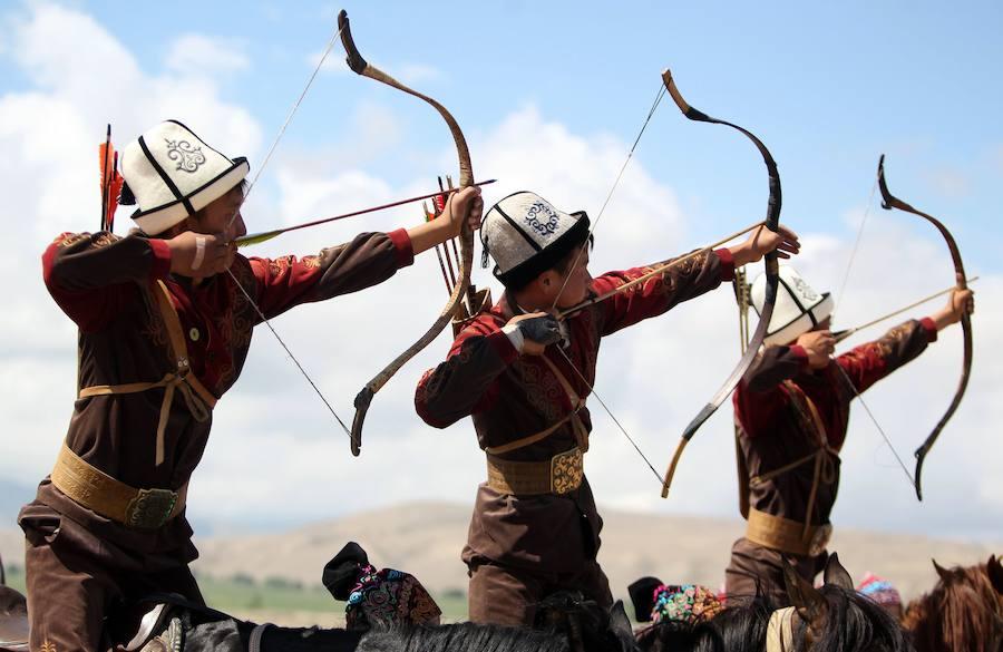 Arqueros a caballo y caza con águilas, señas de identidad del festival étnico de Kirguistán