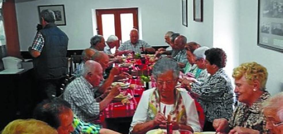 Xalbadorpe Elkartea reunió a 34 mayores de ochenta años en el homenaje del viernes