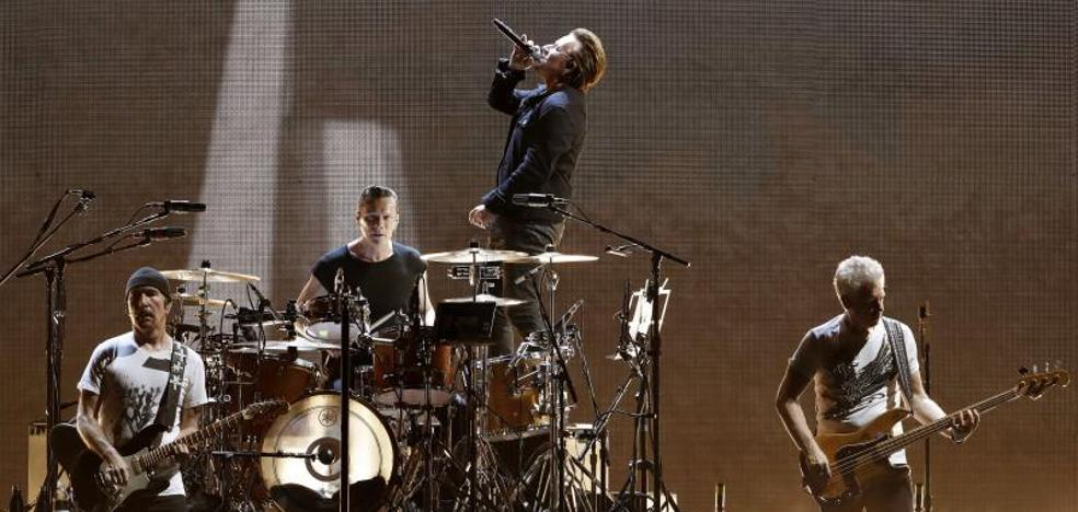 U2 arrasa en Barcelona con su homenaje a 'The Joshua Tree'