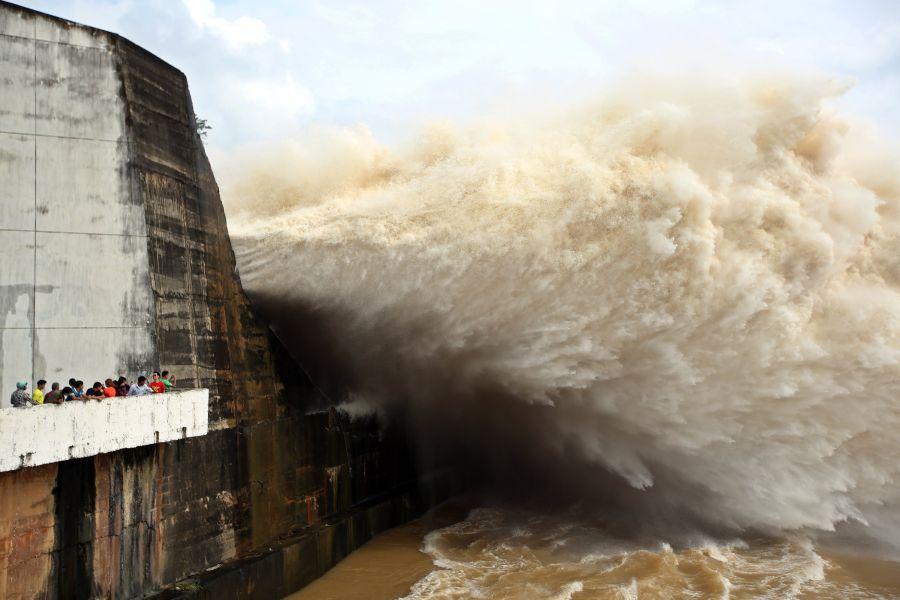 Una central hidroeléctrica en Vietnam abre sus puertas debido a las fuertes tormentas tropicales