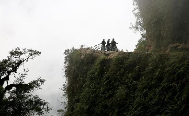 Carrera por la 'carretera de la muerte' en Bolivia