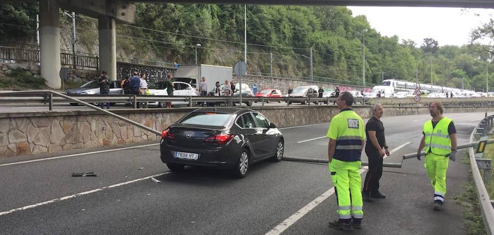 La caída de una tubería obliga a cortar la salida de Donostia a Añorga e Irun