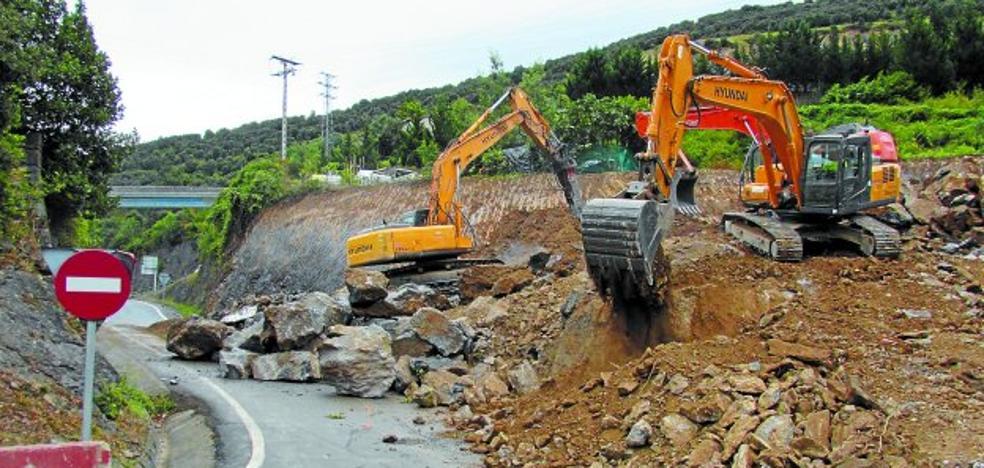 Tres máquinas excavan el desmonte para construir la glorieta de Lana