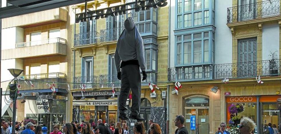 Un ahorcado a las puertas del mercado de San Martín