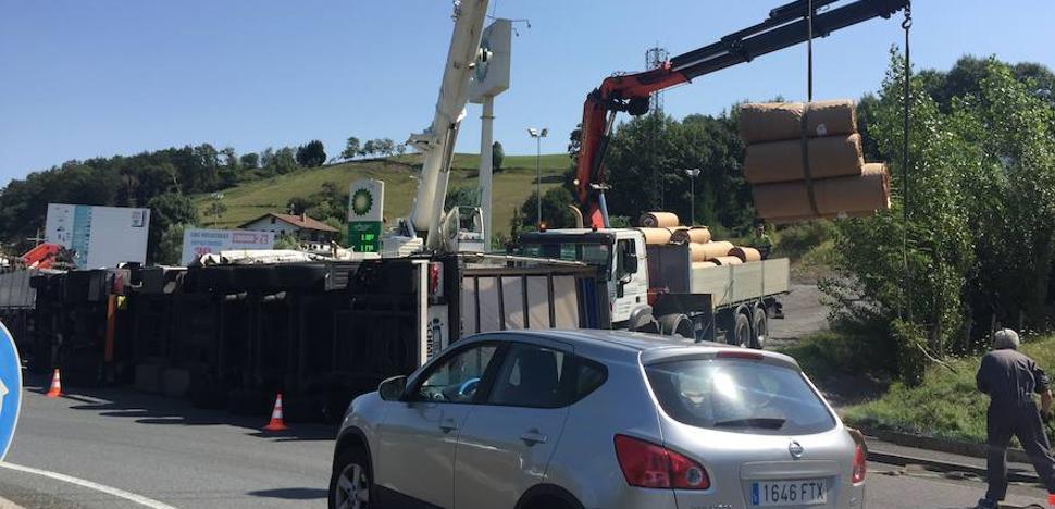 Espectacular vuelco de un camión en Olaberria