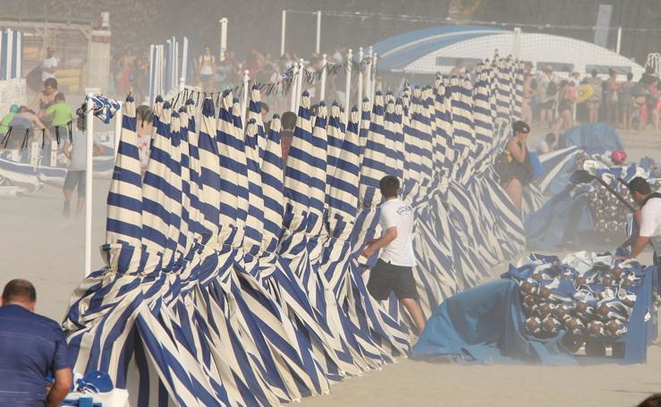 La playa se vacia con la llegada de la galerna