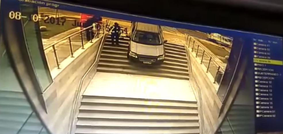 La lía al confundir la entrada de un edificio con la de un parking