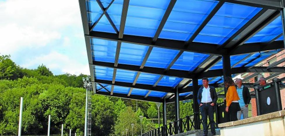 Terminan las obras de la cubierta de las gradas en el campo de fútbol de Artia