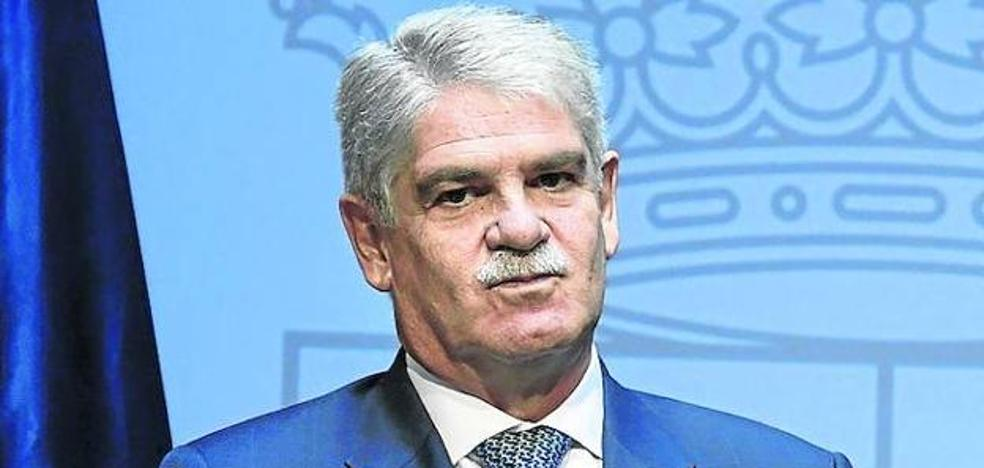 Denuncian al ministro de Exteriores por alojarse en la embajada de Quito en vacaciones