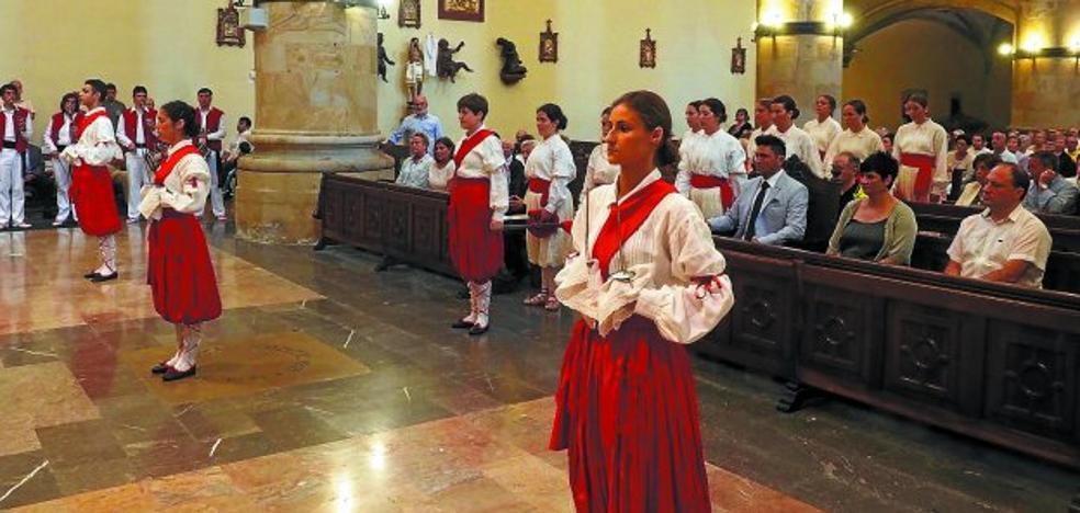 Baile de espadas en honor a la Virgen