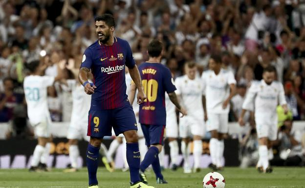 Luis Suárez y Messi tras un gol del Real Madrid/REUTERS