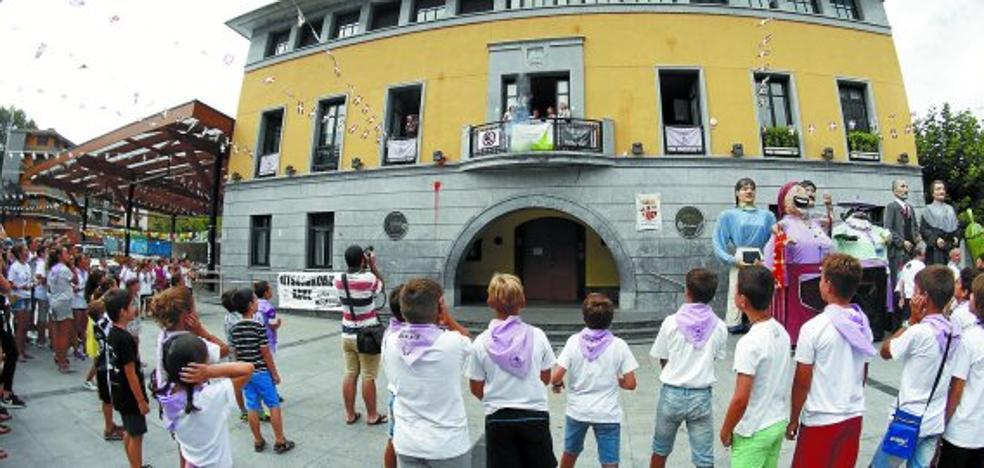 Sendi-Ekintza toma el balcón en el inicio de las fiestas de Ibarra
