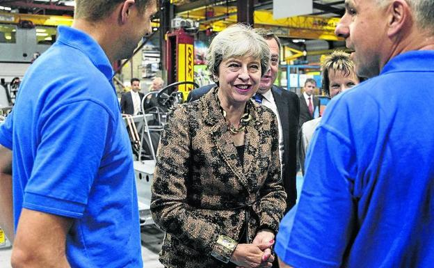 Theresa May visita una fábrica. /AFP