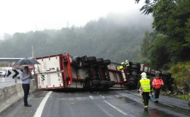 Un accidente entre tres camiones y un turismo provoca el corte de la N-1 en Legorreta