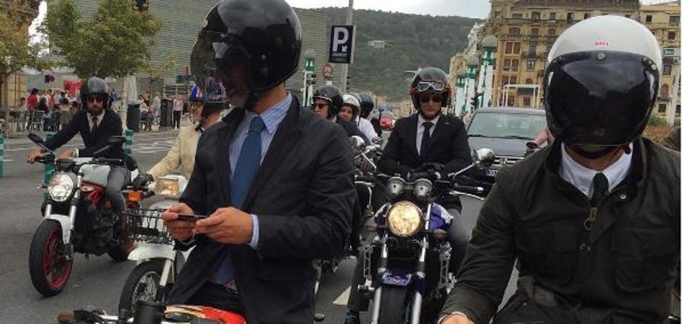 La solidaridad viaja en moto con traje y corbata