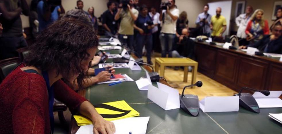 La oposición se une a la sociedad civil en un pacto para universalizar la sanidad
