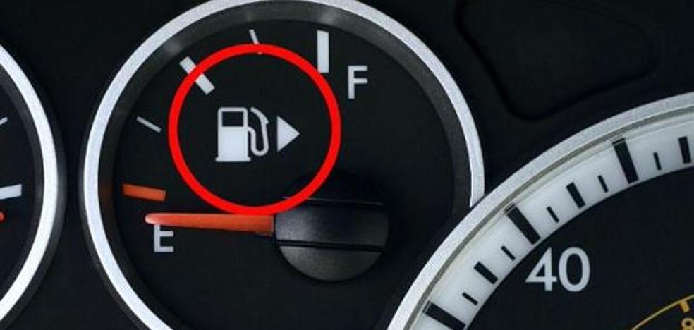 ¿Qué indica la flecha que aparece junto al dibujo del surtidor de la gasolina de tu coche?