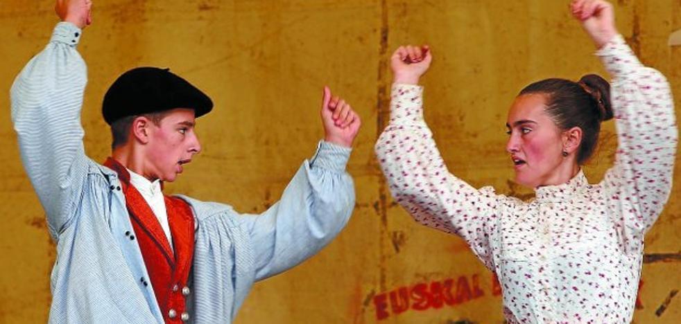 Los Muxikos y el marmitako centraron los actos del domingo