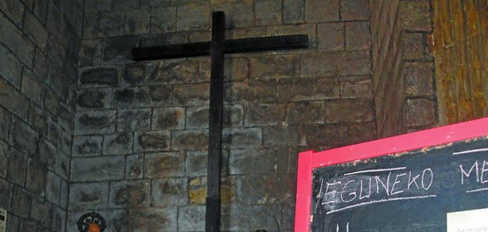 El claustro de la parroquia acoge una exposición de Cáritas