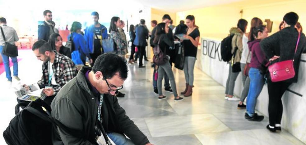 Jóvenes investigadores reciben orientación para encontrar empleo