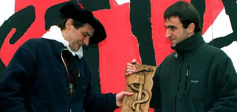 El nuevo emblema de ETA: el hacha y la serpiente tallados por un anarquista en los 70