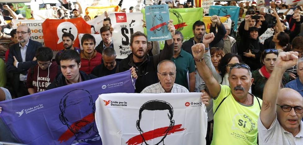 Centenares de concentrados ante la Conselleria de Economía de la Generalitat