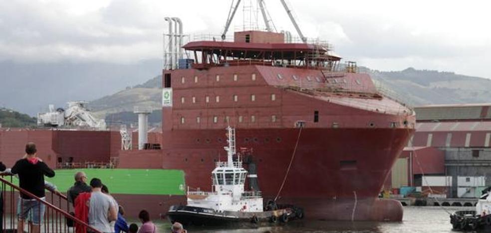 Un armador intenta llevarse su barco de La Naval por la fuerza
