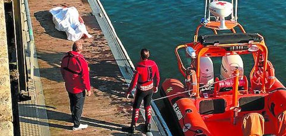 Investigan si el varón ahogado en Hondarribia cayó al mar desde un barco