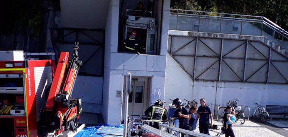 Cinco personas rescatadas de un elevador público entre dos calles de Donostia