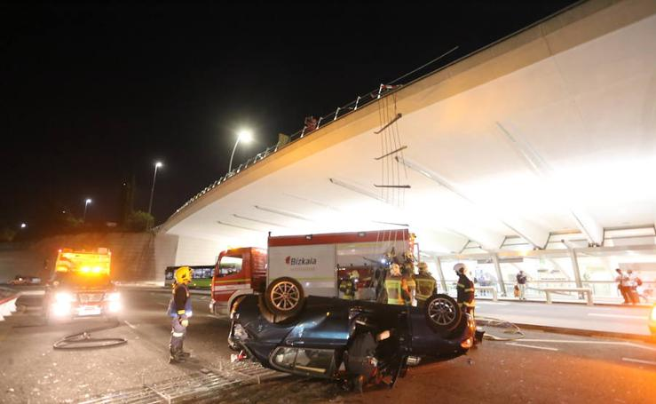 Herida tras caer con su coche desde un primer piso en el aeropuerto de Loiu