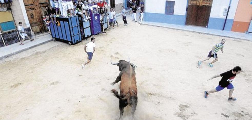 Un hombre muere tras ser corneado en los 'bous al carrer' de Puçol