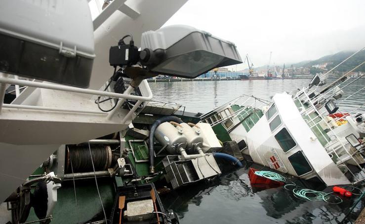 Rescatan en Pasaia a un pesquero que se estaba hundiendo