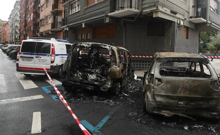 Un incendio en Errenteria calcina dos turismos y una moto