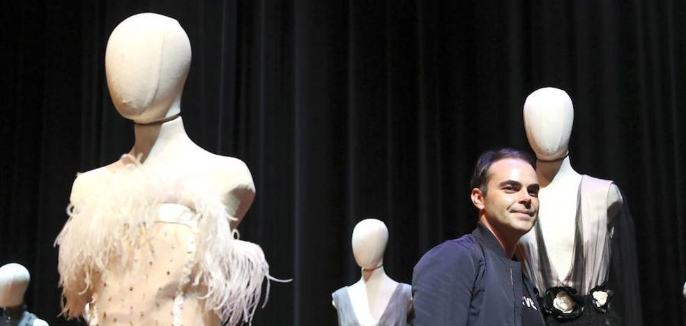 Ion Fiz celebra sus 15 años en la moda con un desfile de «teatralidad» y «glamur»