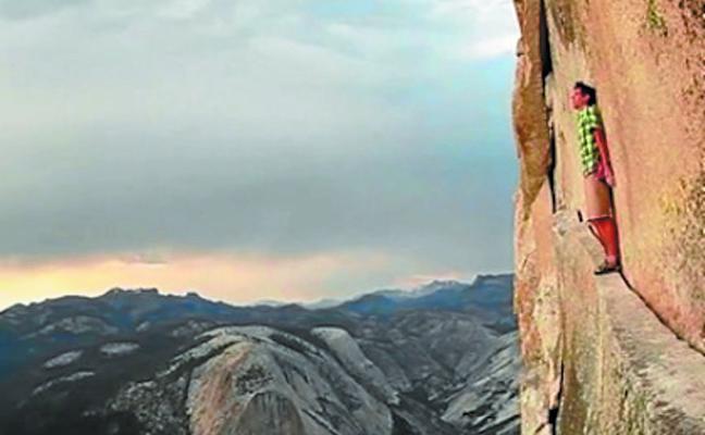 Las montañas bailan, Jennifer filma, Dafoe narra