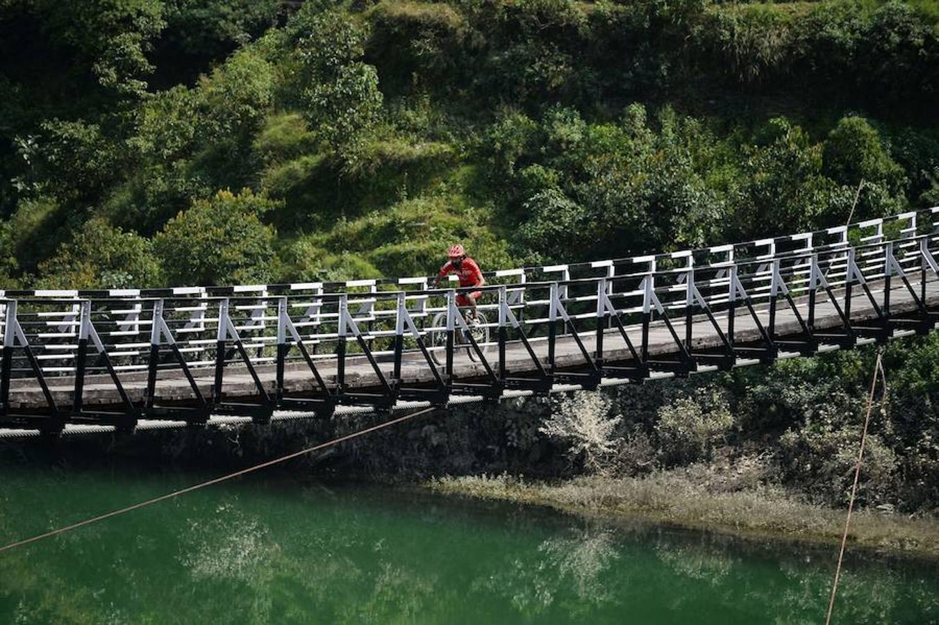 Ciclistas en la Carrera de Cross country Hero MTB Himalaya