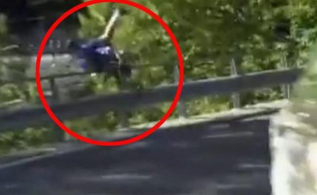 Aterradora caída del ciclista De Plus por un barranco en Lombardía