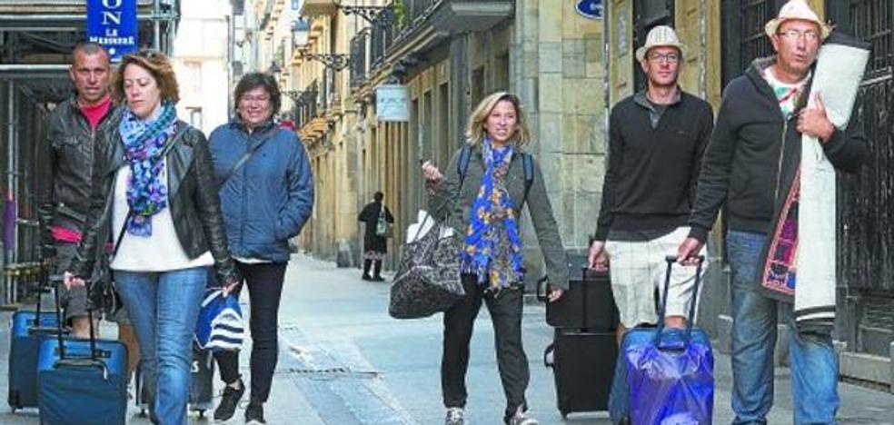 Los nuevos inspectores cruzan ya los datos de un millar de pisos turísticos de Donostia