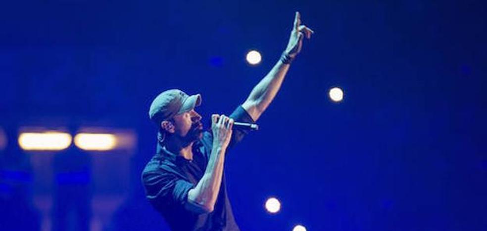 Enrique Iglesias cobró 115.000 euros tras su polémico concierto de Santander por 8 mensajes en redes sociales