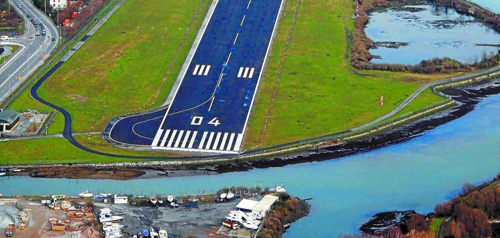 PNV y PSE cierran la puerta a la ampliación de la pista del aeropuerto