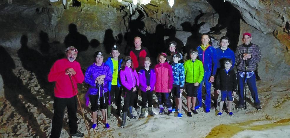 Izadi Zaleak abrió la temporada con una salida a la cueva de Akaitz Txiki