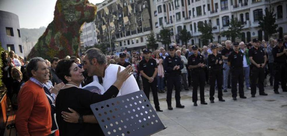 Homenaje al ertzaina asesinado por ETA en el Guggenheim: «Se han olvidado de Txema»